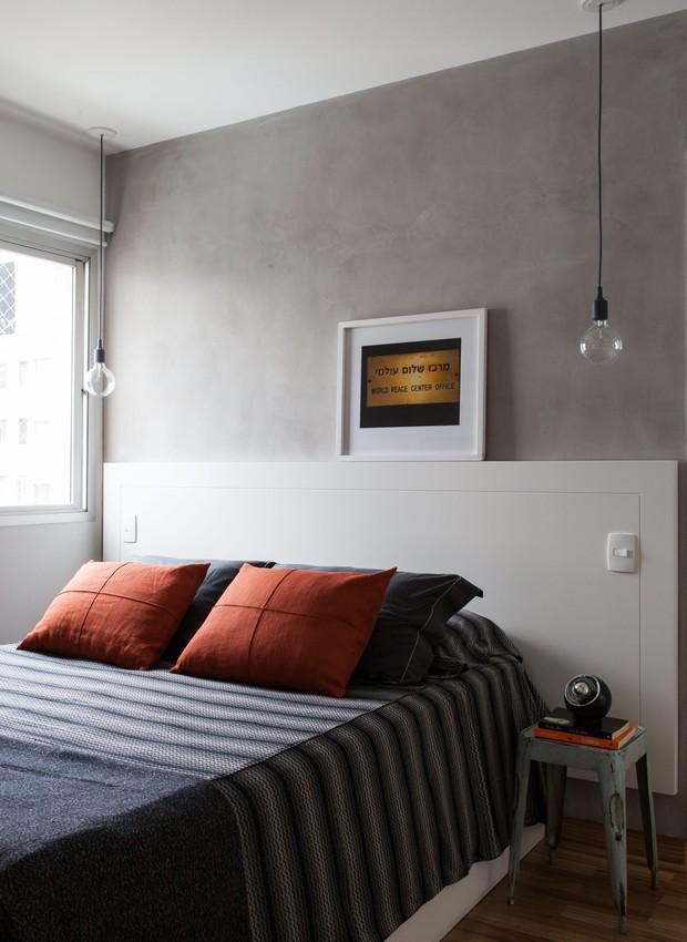 quarto-casal-suite-cama-interruptor-cabeceira-daniela-berland-lufe-gomes-cinza-CJ813055 (Foto: Lufe Gomes/Editora Globo)