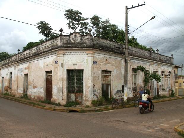 Foto mostra a Casa Pinho, de 1934, abandonada, depredada e tomada pelo matagal. (Foto: Felipe Mascarelli/Arquivo Pessoal)