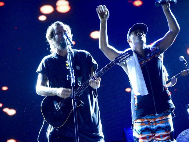 Saulo Fernandes e Márcio Victor em show em Salvador, na Bahia (Foto: André Carvalho/ Ag. Haack)