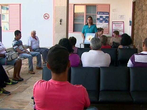 Enquanto esperam por atendimento, pacientes recebem orientação sobre a doença (Foto: Rodrigo Sargaço/EPTV)