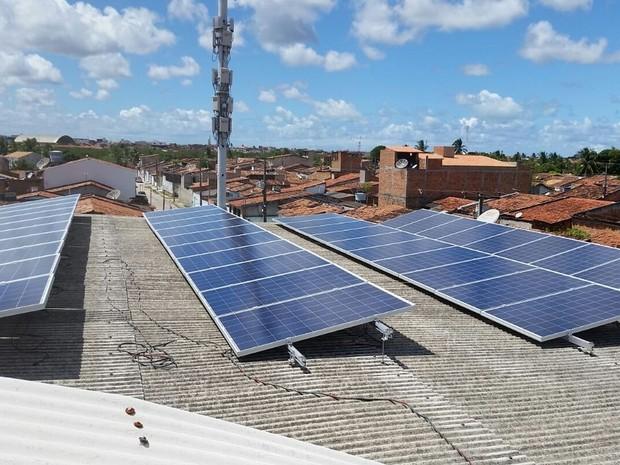 As 40 placas de energia solar foram instaladas no telhado do comércio (Foto: Fábio Veríssimo)