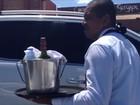 Sem emprego, garçom usa gravata e ganha clientela vendendo água na rua