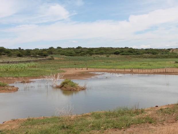 Açude responsável pelo abastecimento de 20 comunidades está quase seco (Foto: Taisa Alencar / G1)