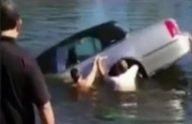 Estudante salva idoso de 92 anos preso em carro que caiu em lago