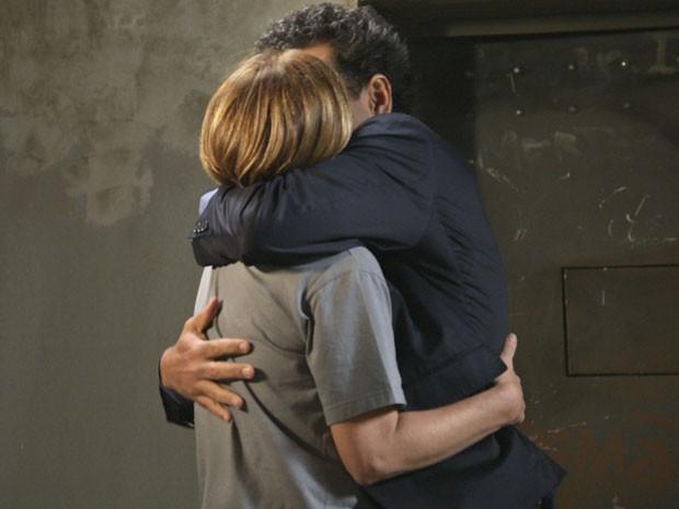 Os dois aproveitam o tempo curto e se curtem (Foto: TV Globo)