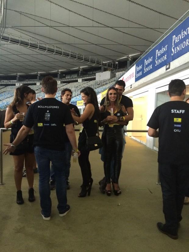 Nicole Bahls e Marcelo Bimbi curtem show dos Rolling Stones no Rio (Foto: EGO)