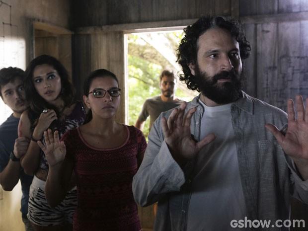 André tenta acalmar Berenice (Foto: Além do Horizonte / TV Globo)