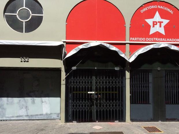 Portão do Diretório Nacional do PT, em São Paulo, é pintado para cobrir pichações (Foto: Vivian Reis / G1)