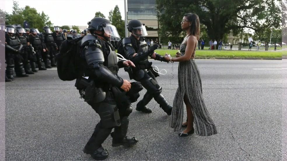 Enfermeira Iesha Evans, de 35 anos, enfrentou policiais durante um protesto do Black Lives Matter em Baton Rouge (Foto: BBC)