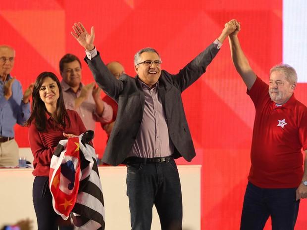 Alexandre Padilha ao lado do ex-presidente Luiz Inácio Lula da Silva durante convenção do Partido dos Trabalhadores (PT) realizada neste domingo no Ginásio de Esportes da Portuguesa, em São Paulo (Foto: Daniel Teixeira/Estadão Conteúdo)