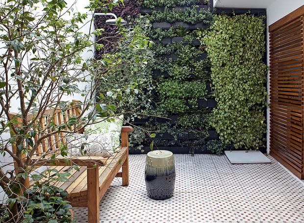 No quintal, o jardim vertical foi a solução da arquiteta Daniela Ruiz para trazer o verde e ainda assim preservar o espaço livre. Entre as espécies, há peperômias, lambaris, heras, flores-de-maio e peixinhos (Foto: Victor Affaro/Casa e Jardim)