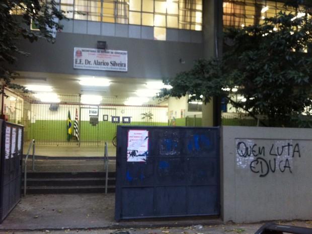 Fachada da escola na Zona Oeste (Foto: Letícia Macedo/G1)