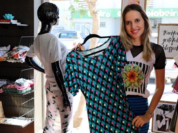 Designer de moda de 25 anos montou o próprio ateliê para fabricar peças e uma loja em Cuiabá (Foto: Denise Soares/G1)