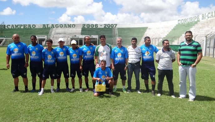 Comissão técnica e diretoria do Coruripe (Foto: Leonardo Freire/GloboEsporte.com)
