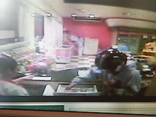 Imagem de circuito de segurança mostra assalto que teria sido praticado por Lucas (Foto: Reprodução TV TEM)
