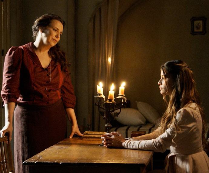 Emília e Lívia têm certeza de que padre Luís é cúmplice de Vitória (Foto: TV Globo)