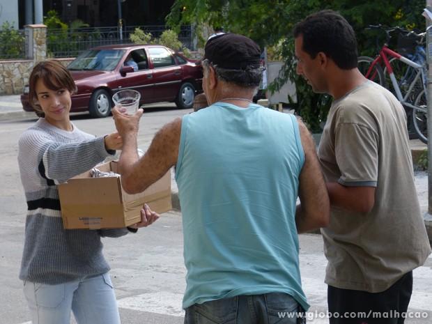 OMG! Zelândia vende as taças de Maura para o ferro-velho. (Foto: Malhação/TV Globo) (Foto: Malhação/TV Globo)