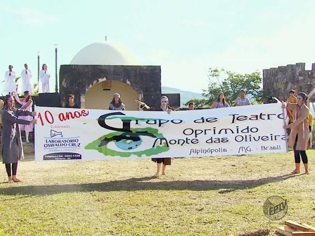 """""""Teatro do Oprimido"""" completou 10 anos de encenação da """"Paixão de Cristo"""" (Foto: Reprodução EPTV)"""
