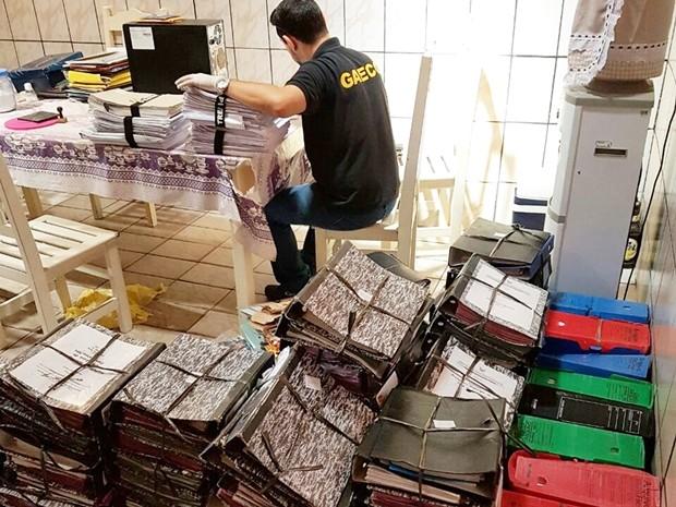 Promotores apreenderam vasta documentação (Foto: MP/Divulgação)