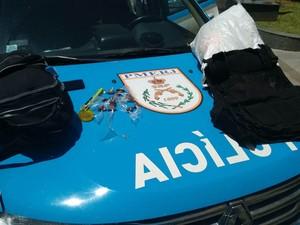 Suspeitos foram presos no bairro São Sebastião após denúncia anônima (Foto: Divulgação/Polícia Militar)