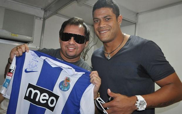 Hulk presenteia Xand Avião com uma camisa do Porto em show na Paraíba (Foto: Divulgação/ Aviões do Forró)