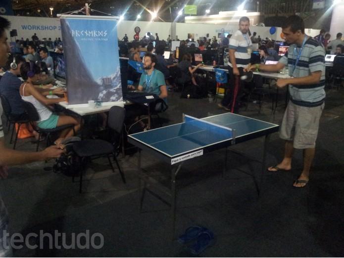 Campuseiros disputam partidas de ping-pong a noite (Foto: TechTudo/Paulo Vasconcellos)