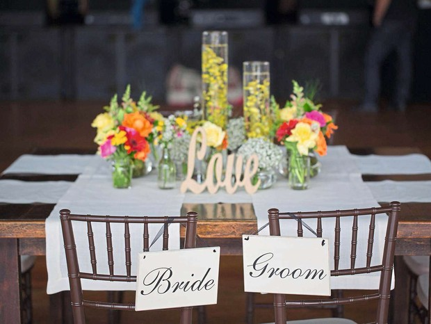 """Na mesa dos noivos, a palavra """"Love"""" complementava o arranjo  (Foto: Coletivo 3)"""