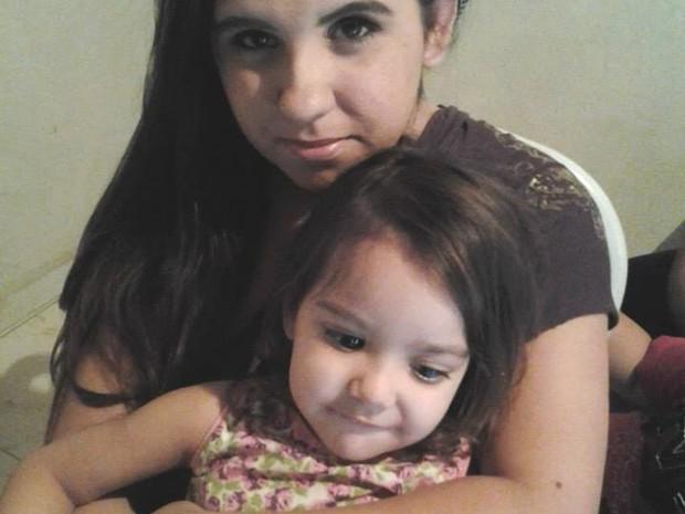 Mãe luta para conseguir cirurgias para filha (Foto: Arquivo Pessoal/ Caroline Suely Barbosa de Oliveira Brito)