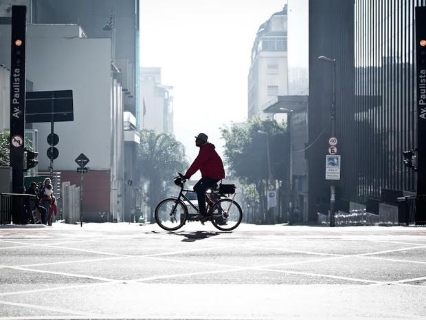 Ciclista pedala na Avenida Paulista neste domingo (Foto: Caio Kenji/G1)