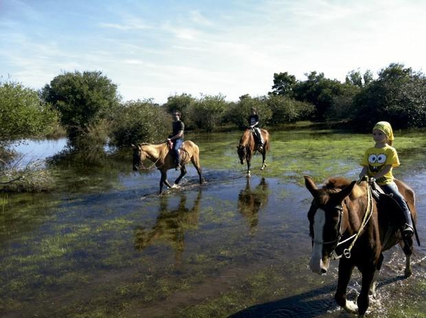 A cavalgada infantil passa por rios com pouco volume de água (Foto: Divulgação)