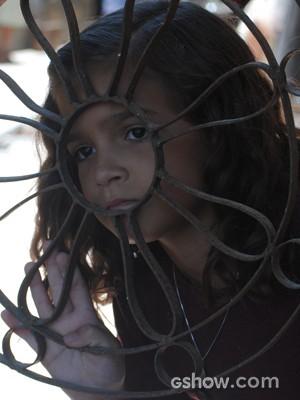 Será que Pérola vai conseguir avisar alguém sem ser vista pelo vilão? (Foto: Joia Rara/TV Globo)
