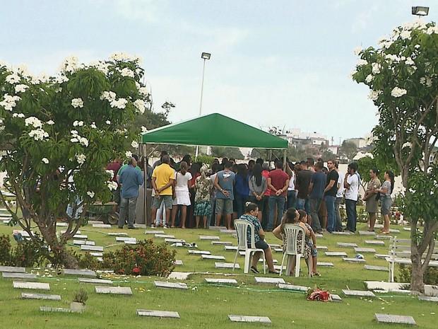 Velório e enterro de Vivianny Crisley foi restrito apenas para familiares e amigos (Foto: Reprodução/TV Cabo Branco)