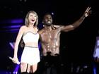 Sem camisa, Jason Derulo faz participação em show de Taylor Swift