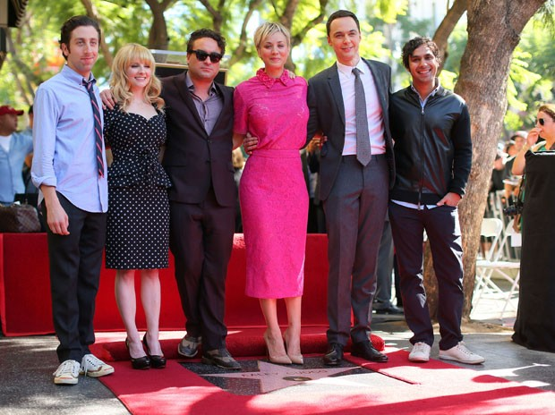 Elenco de 'Big Bang Theory' posa ao lado de Kaley durante evento em que atriz ganhou estrela na Calçada da Fama (Foto: AFP)