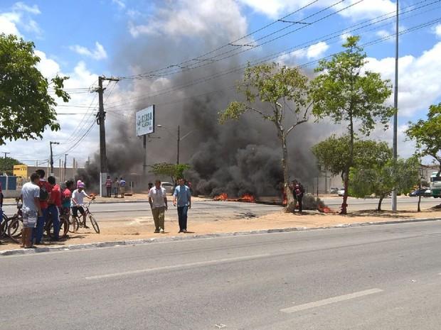 Grupo ateou fogo em pneus para bloquear a pista (Foto: Arquivo Pessoal/Kleverton Amorim)