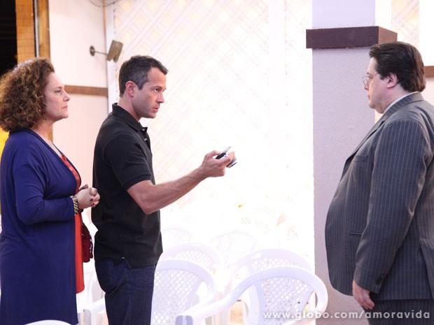 Bruno e Márcia vão mostrar as fotos de Félix para o pastor Efigênio (Foto: Amor à Vida / TV Globo)