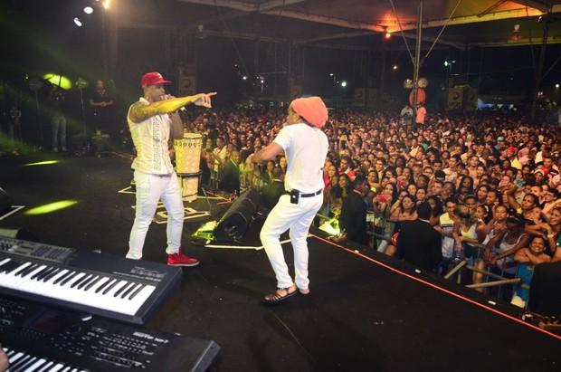 Carlinhos Brown  e Léo Santana no show do Parangolé em Salvador, na Bahia (Foto: Fred Pontes/ Divulgação)