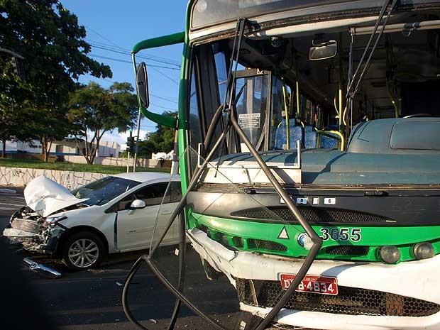 Carro e ônibus se envolvem em acidente no cruzamento das avenidas Amoreiras e Prefeito Faria Lima, em Campinas (SP) (Foto: Wagner Souza )