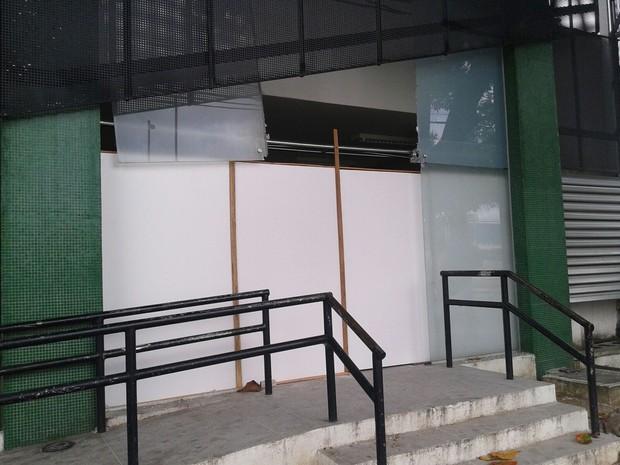 Entrada da delegacia foi bloqueada com tapume (Foto: André Alencar/TV Verdes Mares)