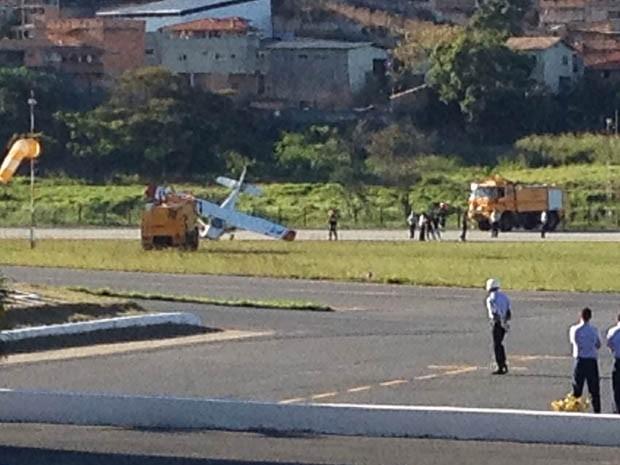 Avião tomba no Aeroporto da Pampulha, em Belo Horizonte (Foto: Liliana Junger/TV Globo)