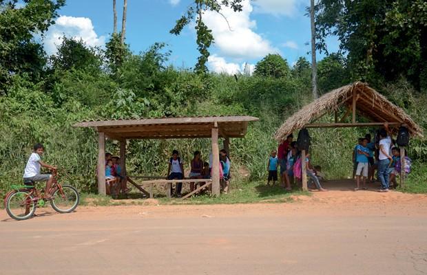 Brasil;Meio Ambiente;Amazônia;pobreza  Crianças aguardam o ônibus para a escola. Apesar dos avanços, a cidade ainda tem um dos piores IDHs do país (Foto: Odair Leal)