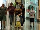 Adriano passeia com os filhos e alguns amigos em shopping no Rio