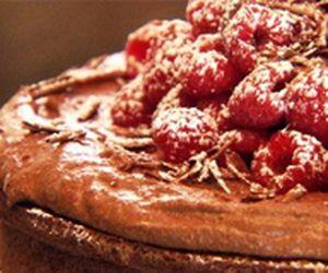 Bolo de chocolate com framboesas