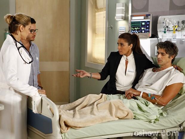 Clara tira dúvidas sobre a doença de Cadu com Silvia e Felipe acompanha (Foto: Inácio Moraes/ TV Globo)