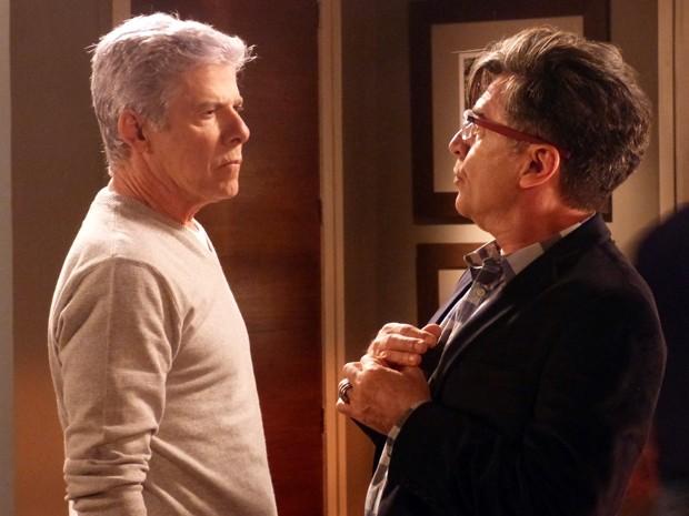Os dois se encaram e discutem no apartamento de Leonardo (Foto: Império / TV Globo)