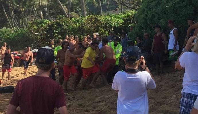 Surfista é resgatado na praia de Pipeline, no Havaí (Foto: Pierson / TheInertia.com)