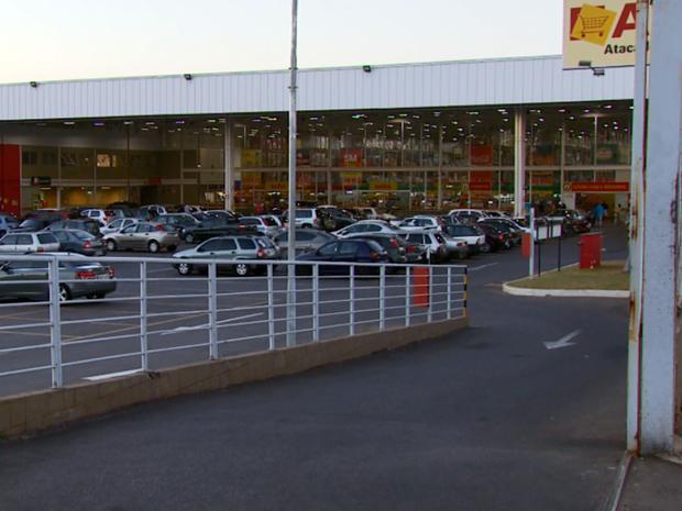 Ladrões roubaram mais de R$ 50 mil de supermercado em Varginha, MG (Foto: Reprodução EPTV)