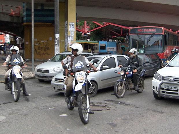 ônibus escoltados pela polícia em Salvador após fim da greve Bahia (Foto: Imagem TV Bahia)
