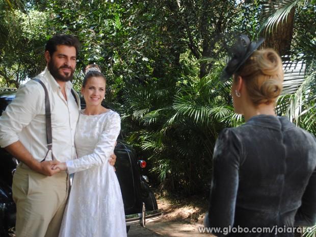 Com a ajuda de Iolanda, Hilda corre para os braços de Toni (Foto: Joia Rara/TV Globo)