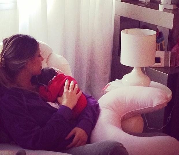 Sheila Mello descansa com a filha no colo (Foto: Reprodução / Instagram)